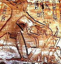 Representación de Ramsés III acabando con sus enemigos de los pueblos del mar