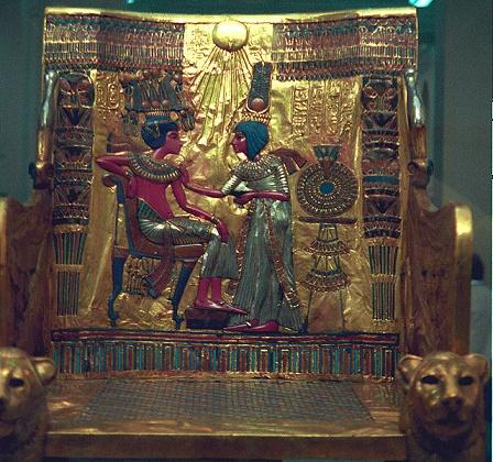 Respaldo del trono real de Tutankhamon en el que se ve a él y a Ankhesenemon