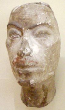 Una de las pocas representaciones escultóricas que aun se conservan sobre el rey Ay