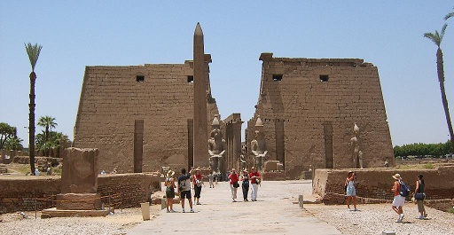 Vista exterior del templo de Luxor, construido en gran medida por Amenhotep III y Ramsés II