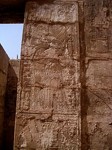 Escena en la que se representaría a Shepenwepet I, gran esposa de Amón