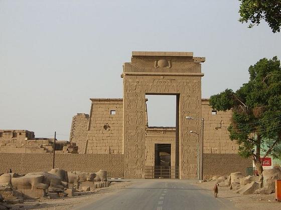 Fotografía que muestra la entrada al templo de Khonsu en Karnak