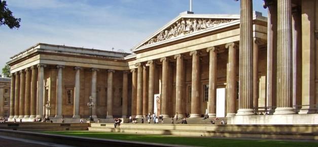 Imagen que muestra la fachada principal del Museo Británico de Londres