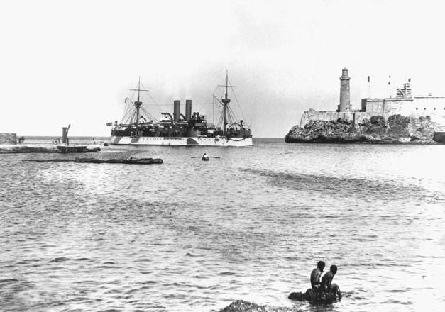 El acorazado Maine entrando al puerto de la Habana en 1898, tiempo antes de su explosión