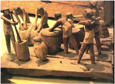 Esculturas de madera, que representan el proceso de fabricación de la cerveza