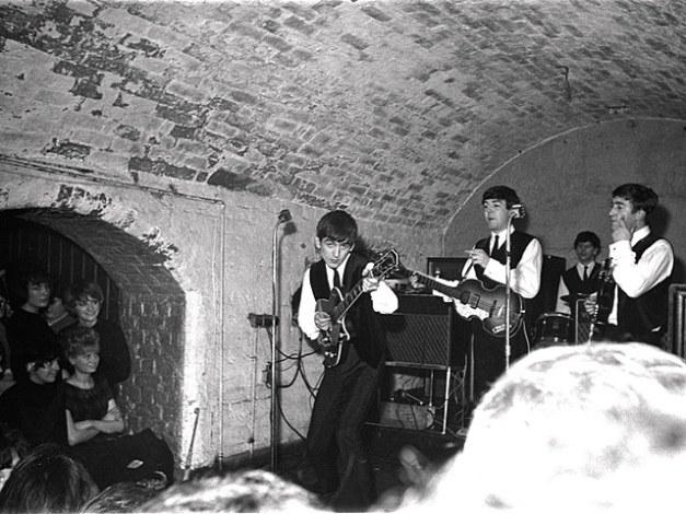 Imagen histórica que muestra a The Beatles en su primera actuación en The Cavern