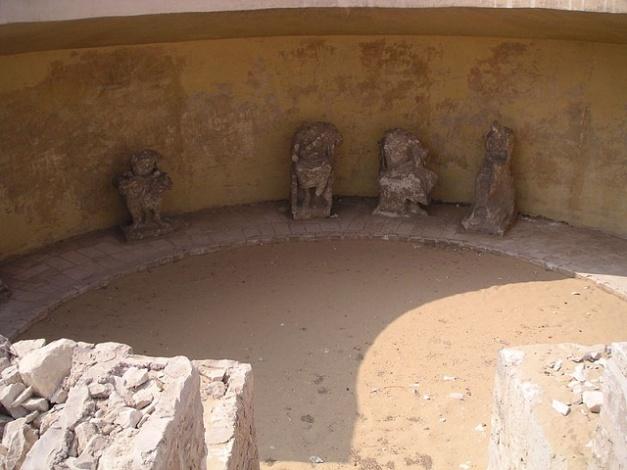 Imagen que muestra parte del hemiciclo que era el Serapeo de Saqqara