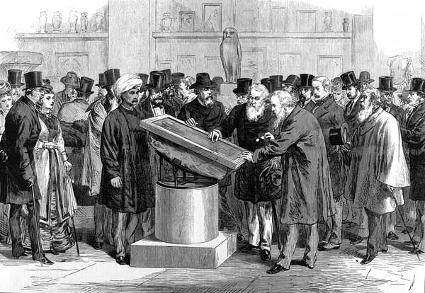 Litografía que muestra a diversos expertos analizando la piedra Rosetta en 1874