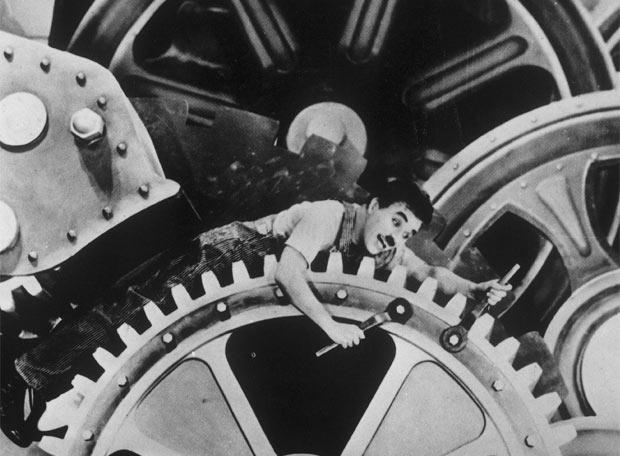 Una de las icónicas imágenes de la película Tiempos Modernos