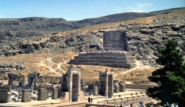 Vista más general sobre el contexto geográfico de la tumba de Artajerjes II en Persépolis