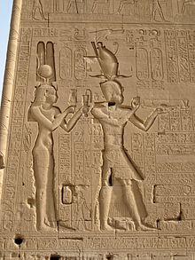 Bajorrelieve del templo de Dendera en el que se representaría a Cleopatra VII con Ptolomeo XV Cesarión