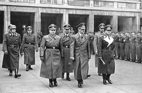 Fotografía histórica de Hitler y algunos altos mandos militares en el Berlín de 1935