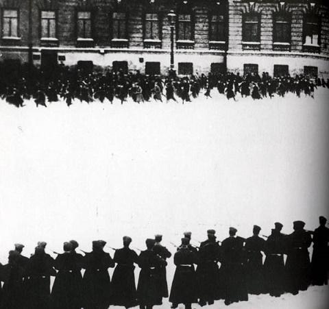 Fotografía histórica que muestra a la Guardia del Zar disparando contra los manifestantes