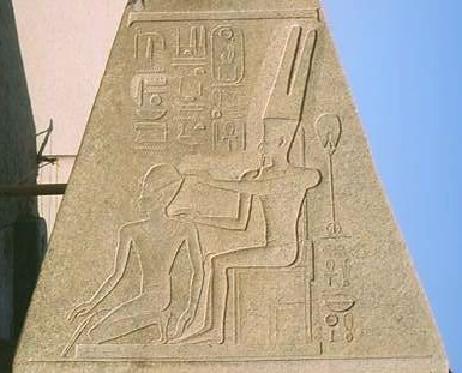 Hatshepsut siendo coronada faraón por el dios Amón (obelisco de Karnak)