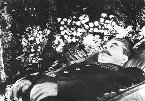 Imagen histórica que muestra el cadáver de Stalin en su funeral