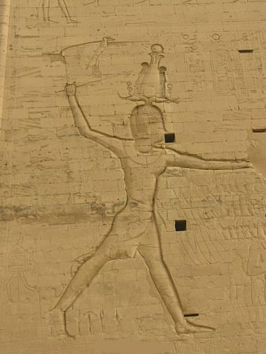 Relieve de un templo de Edfu en el que se representaría a Ptolomeo XIII
