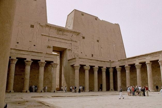 Vista del patio interior del templo de Horus en la ciudad de Edfu