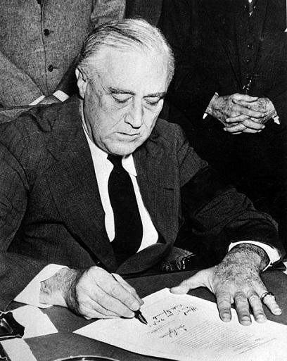 Fotografía del presidente Roosevelt firmando la Declaración de Guerra contra Japón