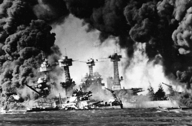 Fotografía histórica del día del ataque a la base de Pearl Harbor