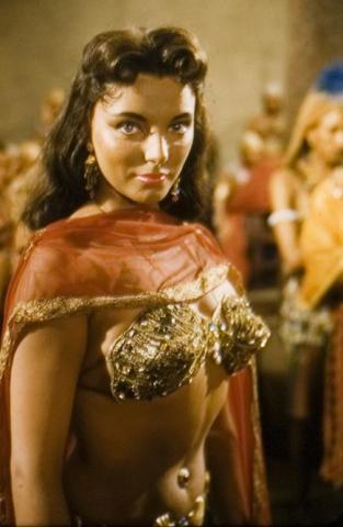 Joan Collins en un momento de Tierra de Faraones