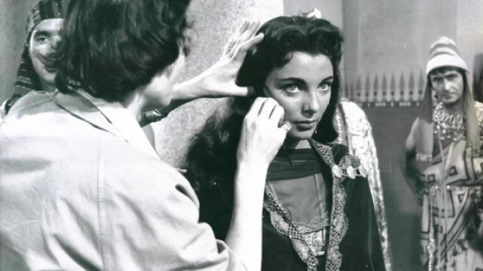 Momento en que están arreglando el maquillaje a Joan Collins