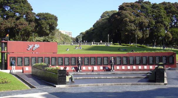 Monumento a todas las personas caídas durante la Guerra de las Malvinas
