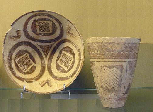 Plato y copa cerámica datados del periodo de Ubaid