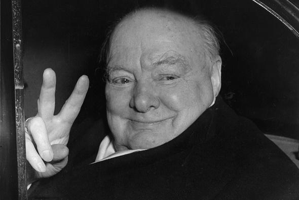 Winston Churchill haciendo su famoso símbolo de la victoria. Año 1955