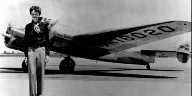 Fotografía de Amelia Earhart delante de un avión