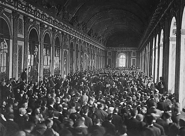 Fotografía histórica de la firma del Tratado de Versalles