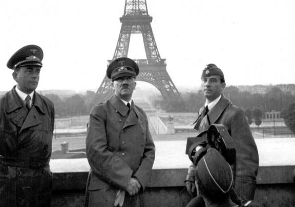 Histórica fotografía de Hitler delante de la Torre Eiffel