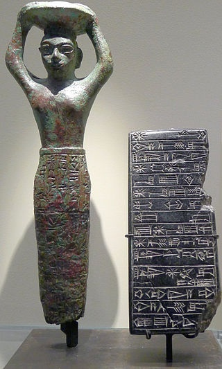 Estatua del rey Amar Sin junto a una inscripción
