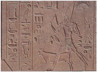 Relieve de la reina Hapsepsut acompañada por el toro Apis en el templo de Amón en Karnak