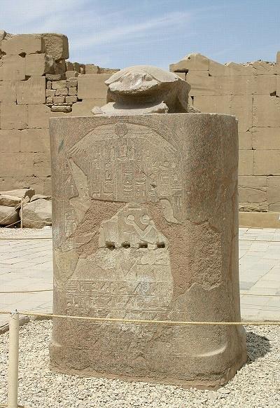 Estatua con un escarabeo del templo de Karnak, en Egipto