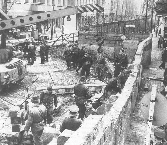 Fotografía histórica de la construcción del Muro de Berlín
