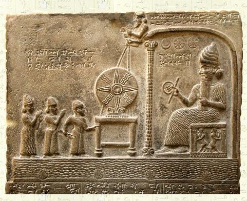 Relieve babilónico en el que aparece representado el dios Shamash