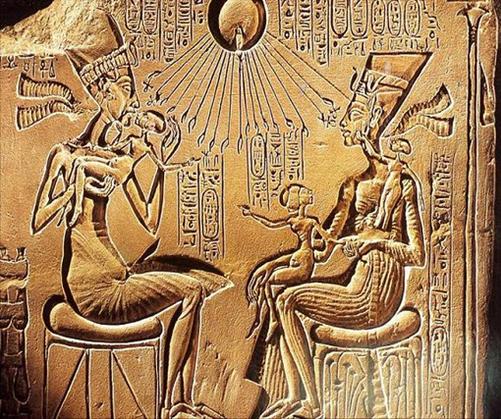 Relieve en el que se representa al matrimonio de Akhenaton y Nefertiti con sus hijos