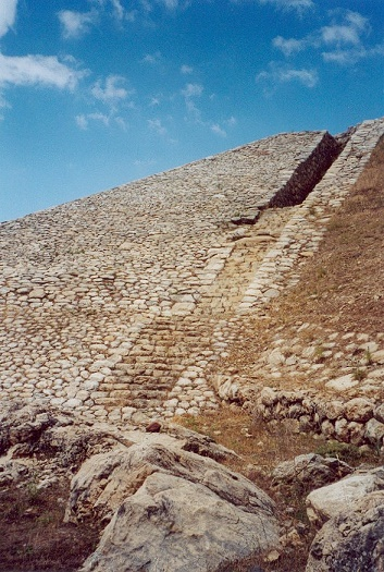 Estado actual de parte de las murallas de la ciudad de Hattusa