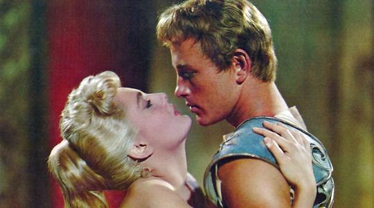 "Fotograma de la película ""Helena de Troya"" mostrando a Rossana Podesta y Jacques Sernas"