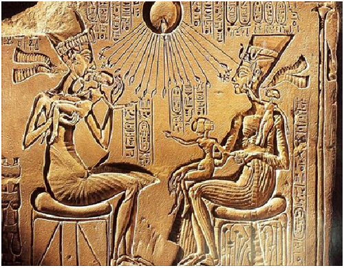 Relieve en el que Akhenatón y su familia son tocados por los rayos solares del dios Atón