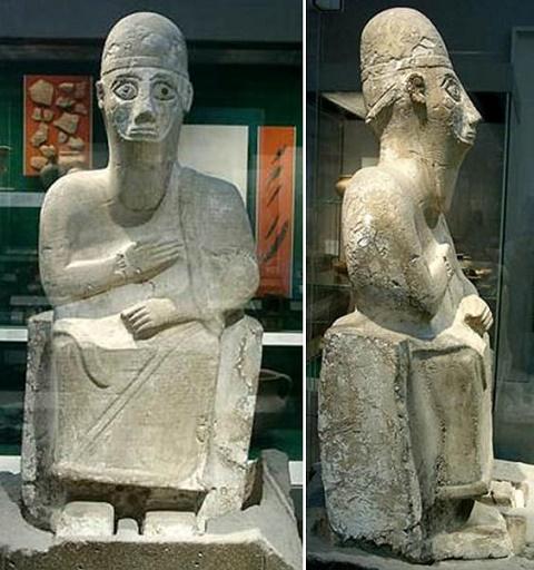 Vista frontal y de perfil de la estatua del rey Idrimi, siglo XVI aC