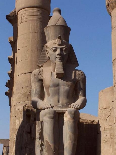 Estatua colosal de Ramsés II en un templo de Luxor