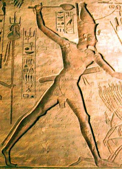 Grabado en piedra de Ramsés II matando prisioneros hititas
