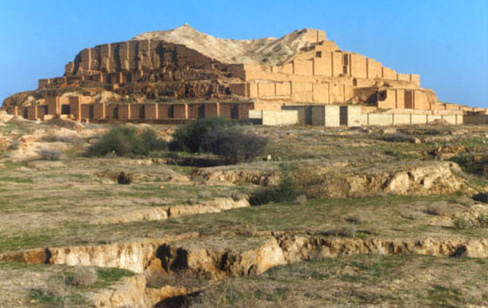 Estado actual de los restos del ziqqurat de Choga Zanbil