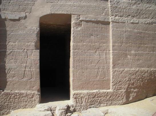 La fachada de la tumba tiene el texto de la carta esculpido