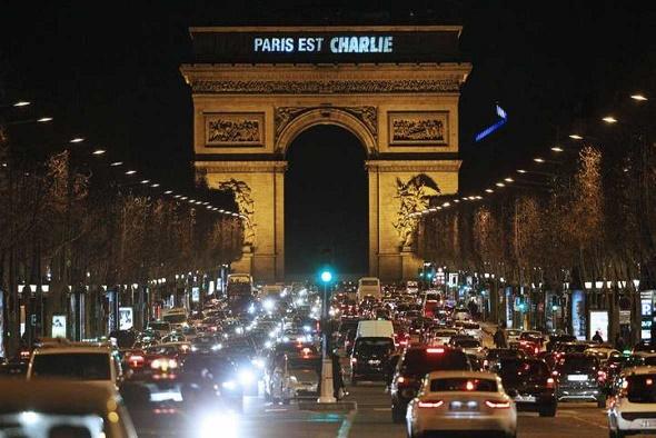 El Arco del Triunfo en París también presentó el mensaje de apoyo a la revista