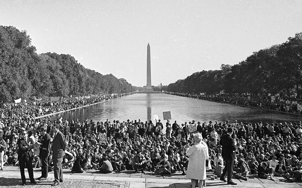 Protesta multitudinaria pidiendo el fin de la guerra de Vietnam