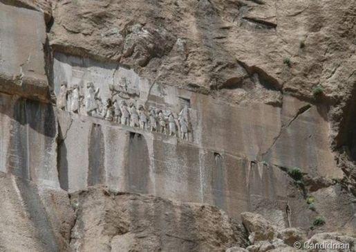 Inscripción monumental de Behistún en la que se habla repetidas veces de Ahura Mazda