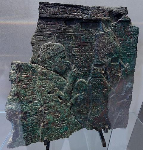 Relieve en bronce del rey Assarhaddon