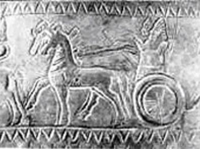 Sarduri II en una de las imágenes de uno de sus cascos